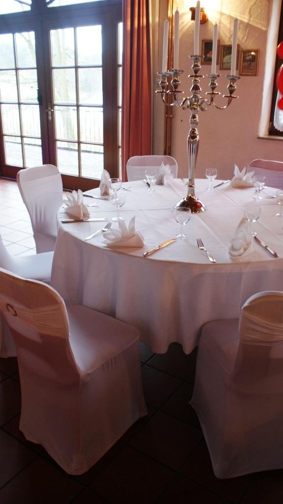 Festscheune mit runden Tischen / Farbe weiß