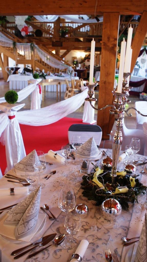 Festscheune mit runden Tischen / Farbe: Silber /rot