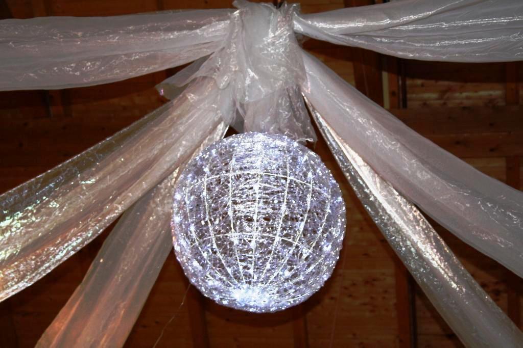 Scheunenhimmel in der Festscheune mit LED-Ball