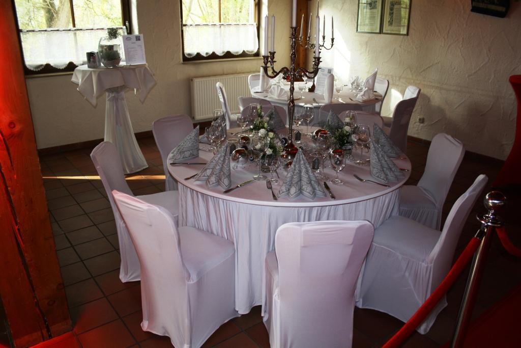 Tischdekoration runder Tisch vom Hotel Robinien Hof