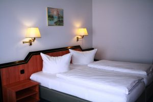https://hotel-robinien-hof.de/wp-content/uploads/2020/11/Doppelzimmer_1-1024x683-1-300x200.jpg