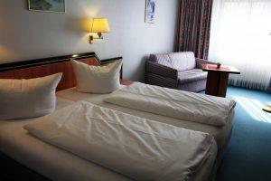 https://hotel-robinien-hof.de/wp-content/uploads/2020/11/doppelzimmer_hintergrund-1024x683-1-300x200.jpg